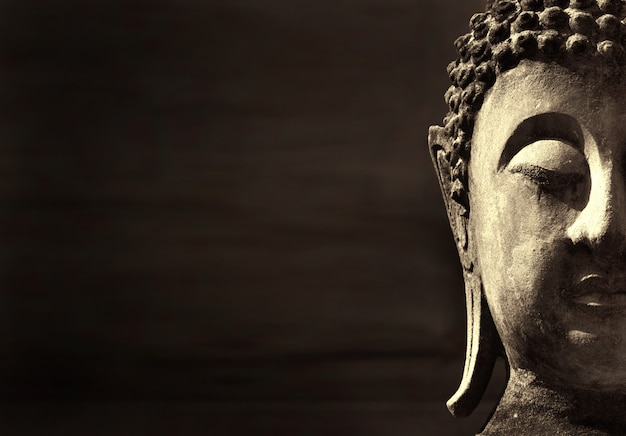 Древний будда лицо, аюттхая, таиланд. фон с copyspace Premium Фотографии
