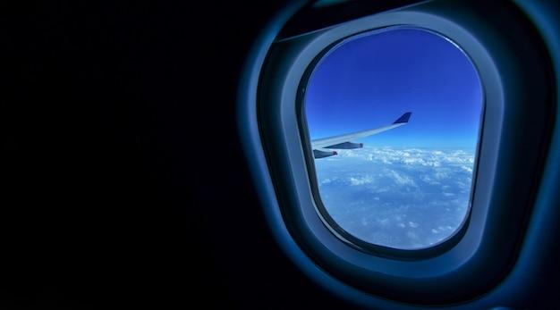 飛行と旅行、窓、copyspaceからの美しい雲と飛行機の翼のビュー Premium写真