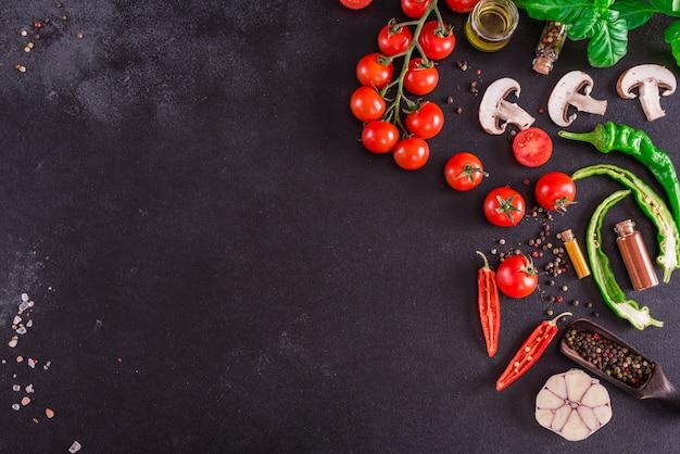 おいしいイタリアのピザの準備のための原料。 copyspaceの背景 Premium写真