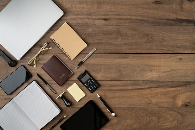 ビジネスアクセサリーオブジェクトリストcopyspaceフラット横たわっていた木製のテーブル Premium写真