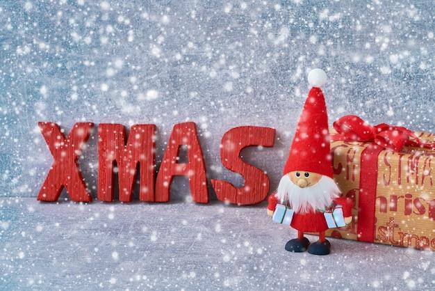 クリスマスサンタクロースとプレゼントの背景。 copyspace、雪のテクスチャ Premium写真