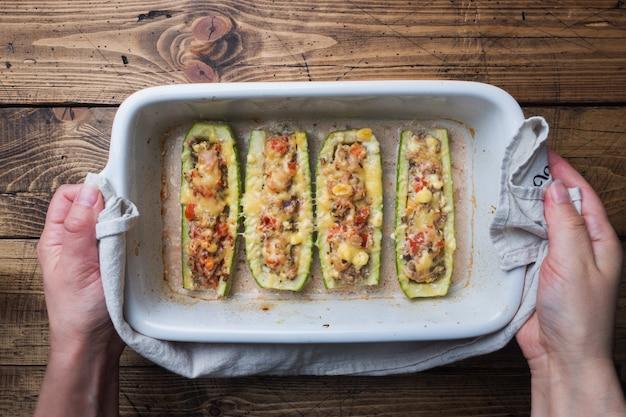 ぬいぐるみズッキーニと鶏のマッシュルームのひき肉と野菜と天板のチーズ焼き。トップビューcopyspace Premium写真
