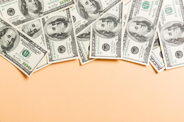 Сто долларовых купюр вид сверху бизнеса на фоне с copyspace Premium Фотографии