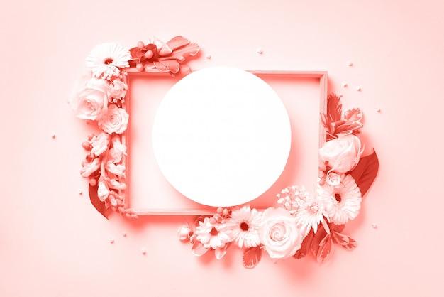白い花、パステルピンクの背景の上のcopyspaceの紙円で創造的なレイアウト。生きているサンゴ色の春と夏のコンセプト。 Premium写真
