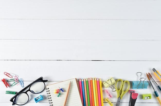 学用品copyspaceと白い木製の背景に。教育や学校のコンセプトに戻る。 Premium写真