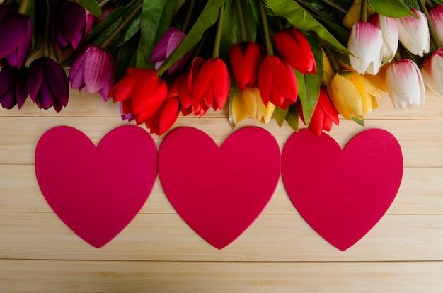 あなたのテキストのためのcopyspaceで配置されたチューリップの花 Premium写真