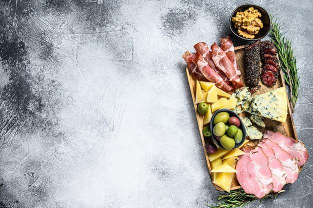 ハム、プロシュート、サラミ、ブルーチーズ、モッツァレラチーズ、オリーブの前菜盛り合わせ。上面図。 copyspaceの背景 Premium写真