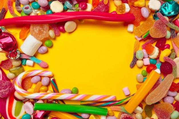 Copyspaceと黄色の背景に色のお菓子 Premium写真