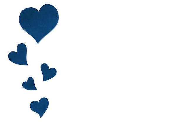 День святого валентина карты фон, классические синие милые сердца из бумаги. белый фон с сердечками в бумаги вырезать в разном размере. день святого валентина романтичный. copyspace Premium Фотографии