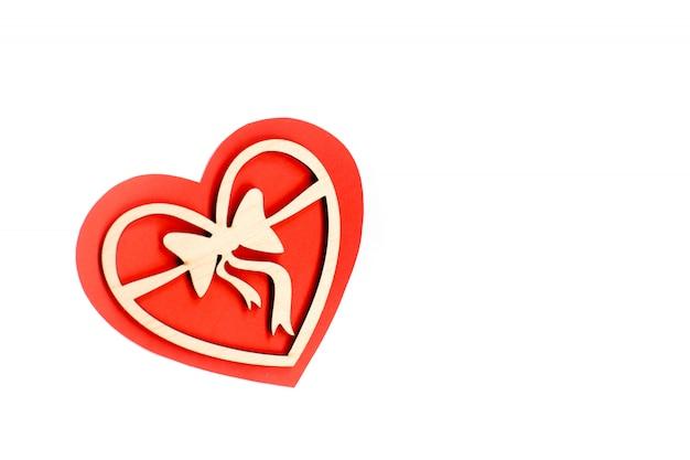 День святого валентина карты фон, красное милое сердце из бумаги. белый фон с сердцем в бумаге и декоративные деревянные сердца. день святого валентина романтичный. copyspace Premium Фотографии