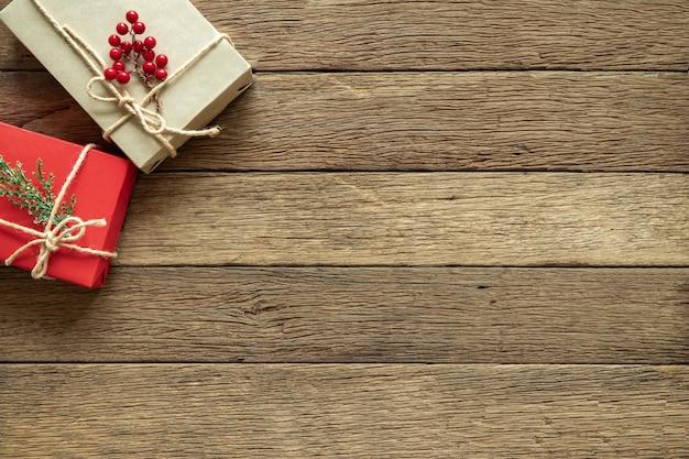 Рождественские подарки на фоне дерева с copyspace. плоская планировка, вид сверху Premium Фотографии