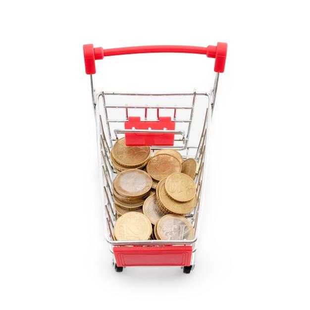 それで白い背景の上のユーロ硬貨のショッピングカート。スーパーマーケットのショッピング、セール、キャッシュバックのテーマ。テキストのcopyspace。 Premium写真