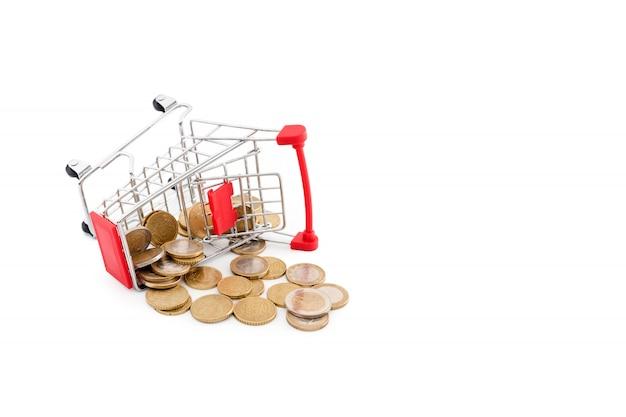 それのユーロ硬貨が付いているショッピングカートは白い背景に落ちています。失敗、貧困、破産の概念図。スーパーマーケットのショッピング、セール、キャッシュバックのテーマ。テキストのcopyspace。 Premium写真