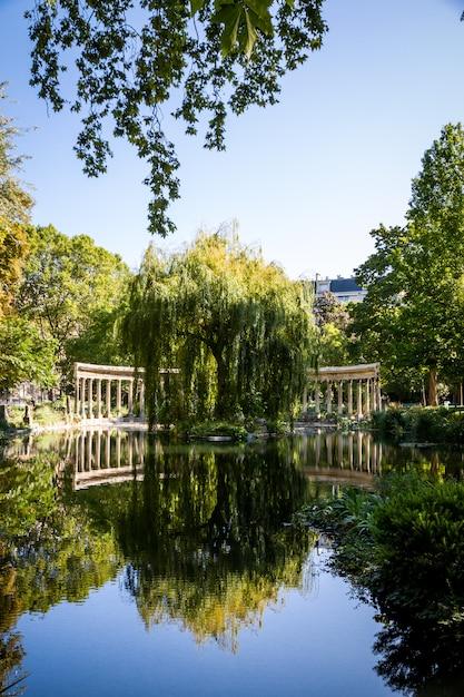 Коринфская колоннада в парке монсо, париж, франция Premium Фотографии