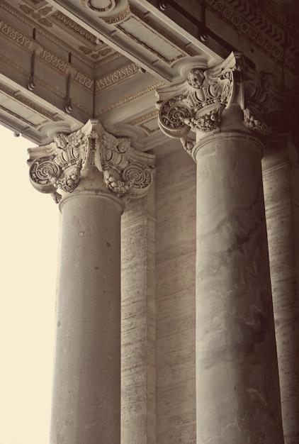 バチカンのサンピエトロ大聖堂のコリント式の柱 Premium写真