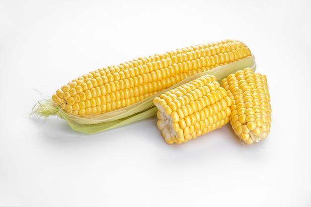 Початки кукурузы, изолированные на белом фоне Premium Фотографии