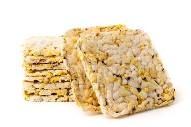 Кукурузные крекеры на белом, изолированные. Premium Фотографии