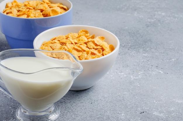 콘플레이크와 우유. 건강한 식단. 공간을 복사하십시오. 프리미엄 사진