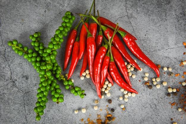 コショウと新鮮な赤唐辛子、暗い、新鮮な緑の胡corn、食材の料理のための新鮮な赤唐辛子、タイ料理のハーブとスパイス Premium写真