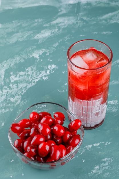 しっくいの飲み物の高角度のビューとボウルにコーネルベリー 無料写真