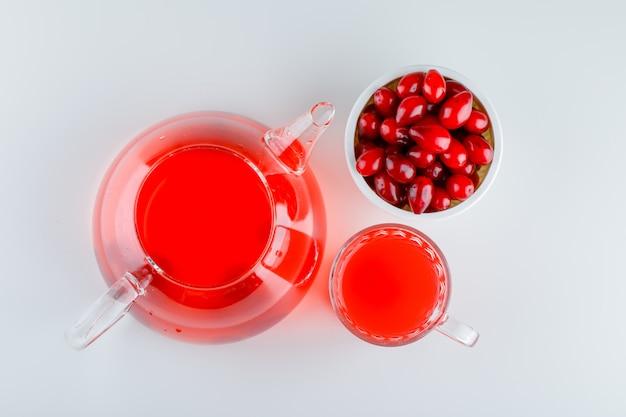 Ягоды кизила в миске с напитком на белом Бесплатные Фотографии