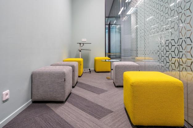 モダンなインテリアデザインのオープンオフィススペースの一角 無料写真