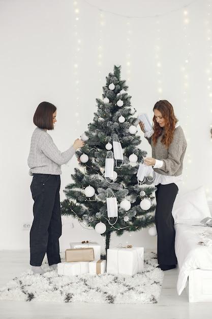 Коронавирус и рождественская концепция. женщины дома. дама в сером свитере. Бесплатные Фотографии