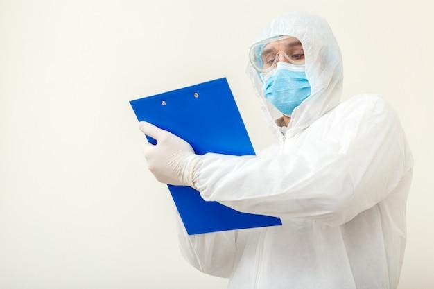 コロナウイルス、covid-19医師の任命。保護医療スーツの医師 Premium写真