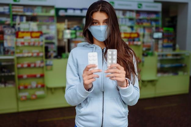 コロナウイルス。 covid19。女性は彼の手に薬、ビタミンや薬を取り、示しています。ビタミンや錠剤。健康と治療のコンセプト。 無料写真