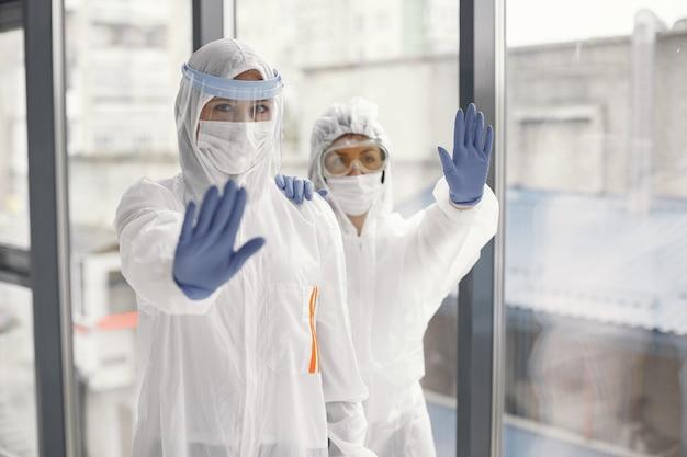 コロナウイルスパンデミックコビッド-2019。防護服、グーグル、手袋、マスク。 無料写真