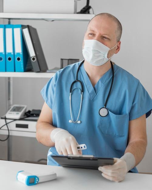 Процедура отбора проб на коронавирус Premium Фотографии
