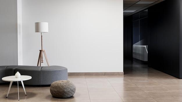 Корпоративное здание с минималистичной пустой комнатой и копией пространства Premium Фотографии