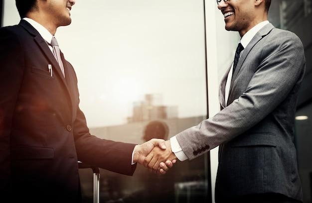企業のビジネスマンが握手 無料写真