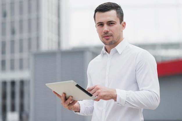 Корпоративный человек, держащий ipad среднего выстрела Premium Фотографии