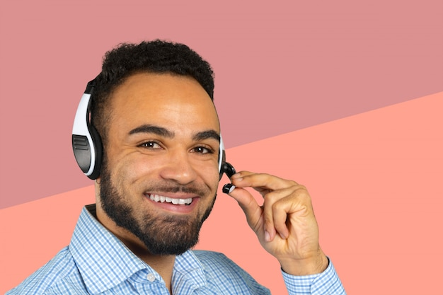 彼の頭にヘッドフォンを持つ企業のプロフェッショナルコールセンターエージェント Premium写真