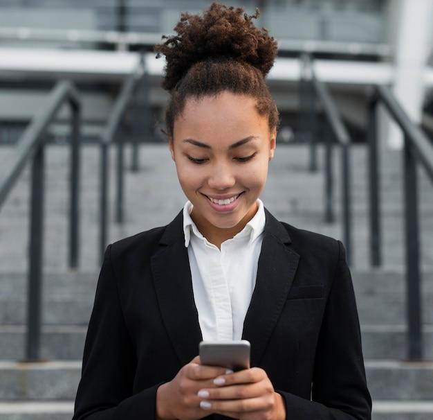 電話を見て企業の女性 無料写真