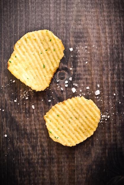 Corrugated potato chips and salt Premium Photo