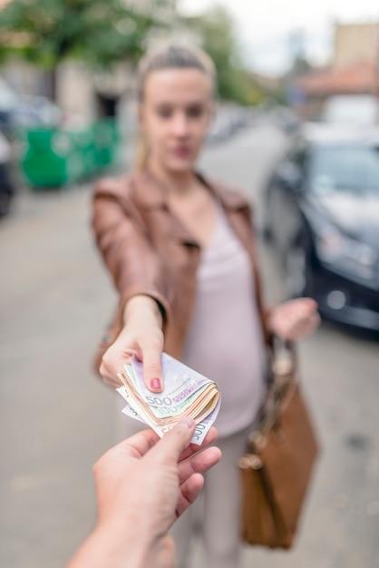 Жена спокойно за деньги наставила рога мужу с пикапером