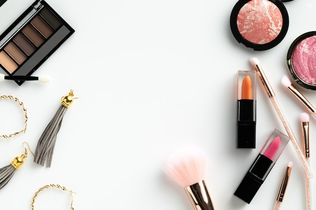 Cosmetic make up flat lay white background copyspace text beauty  graphic content Premium Photo