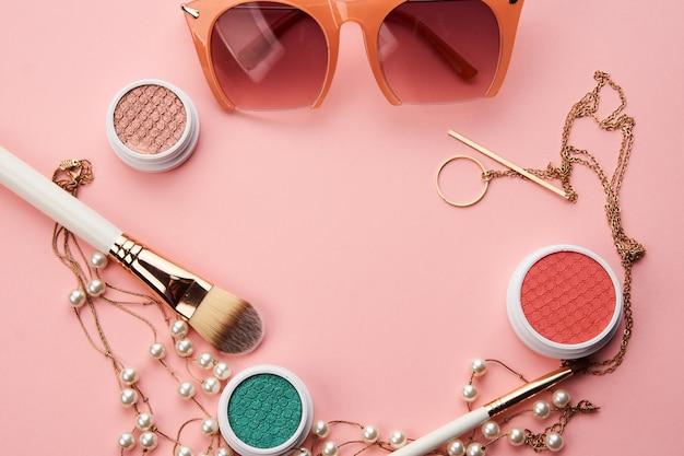 ピンクのスペースアイシャドウブラシパウダーチーク時計の化粧品 Premium写真