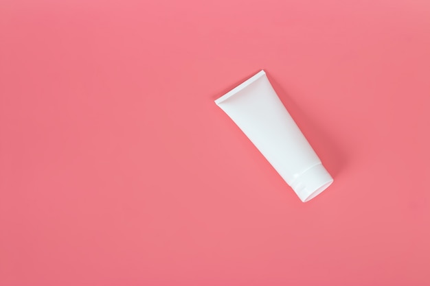 Шаблон плаката рекламы продукта косметики. косметический макет красоты. кремовая туба дизайн упаковки шампуня или геля для душа Premium Фотографии