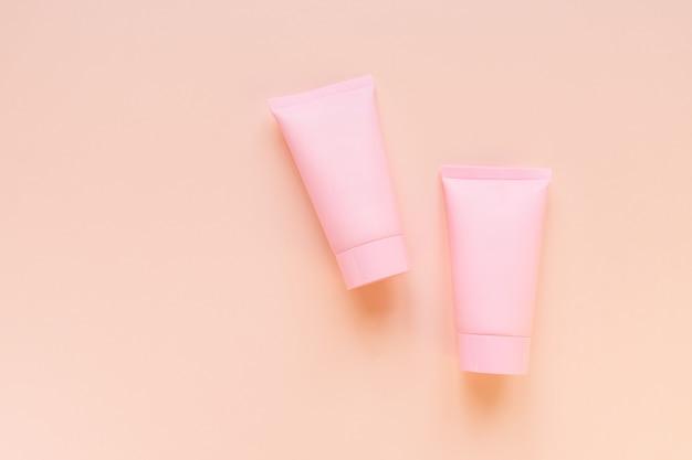 Косметика spa или макет брендинга по уходу за лицом и телом, вид сверху на розовом фоне, место для вашего дизайна. Premium Фотографии