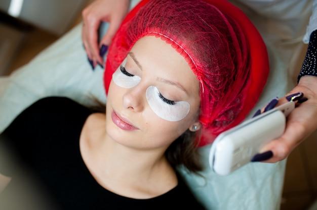 Cosmetologist makes beauty treatment Premium Photo