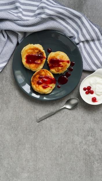 Cottage cheese pancakes, tasty healthy breakfast Premium Photo