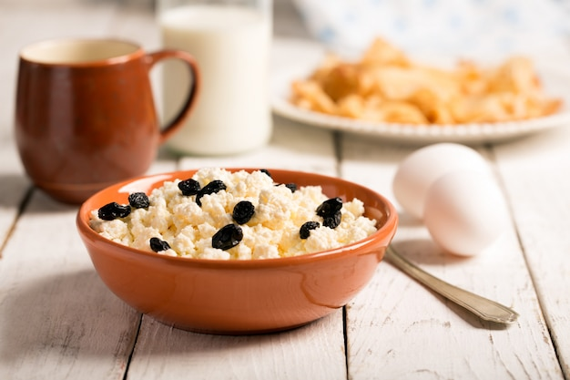 Cottage cheese with raisins and eggs Premium Photo