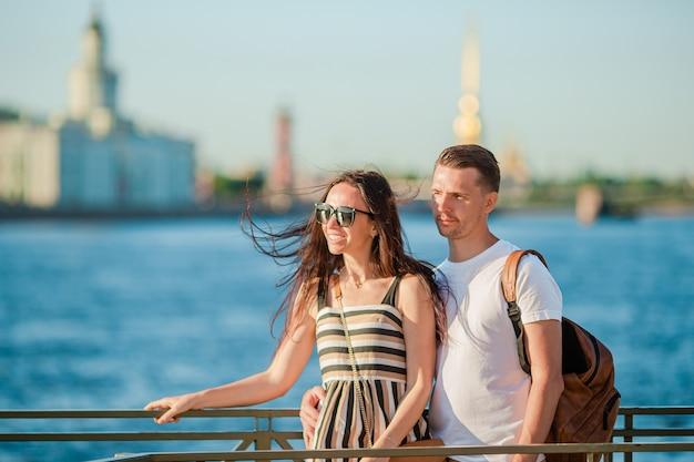 Coulpe на летней набережной в санкт-петербурге Premium Фотографии
