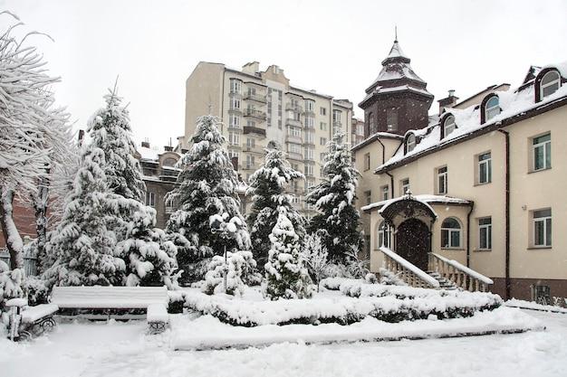 Загородный дом во время сильного снегопада Premium Фотографии