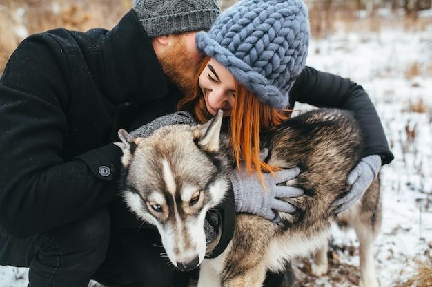 Пара и собака из города Бесплатные Фотографии