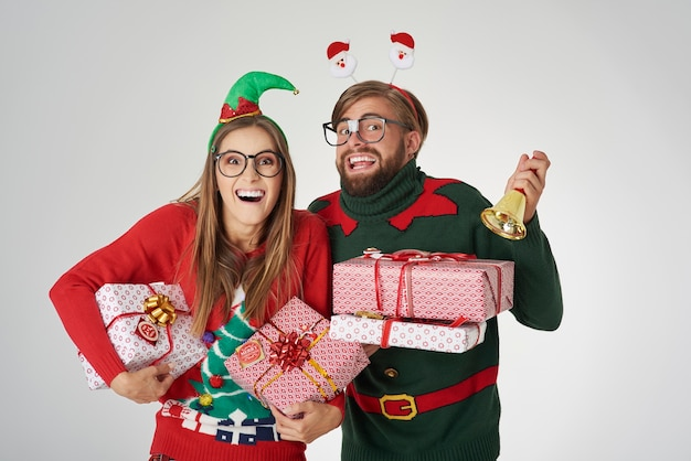 Couple announcing the christmas time Free Photo