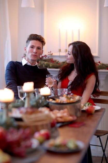 クリスマスディナーでのカップル 無料写真